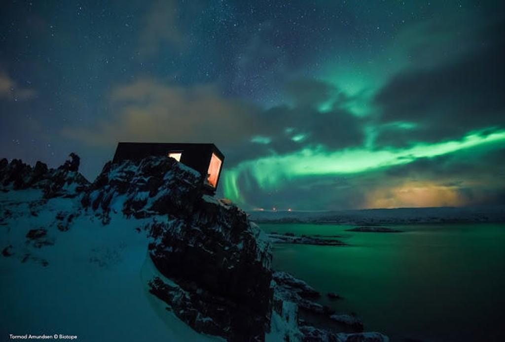 GAPAHUK: Innovasjon Norge har satset 123 millioner i Vardø i perioden 2004-2018, deriblant i selskapetBiotope. Slik ser deres gapahuk ved Kongsfjord ut. Nå fins i alt 16 gapahuker spredt i terrenget, støttet av Innovasjon Norge.