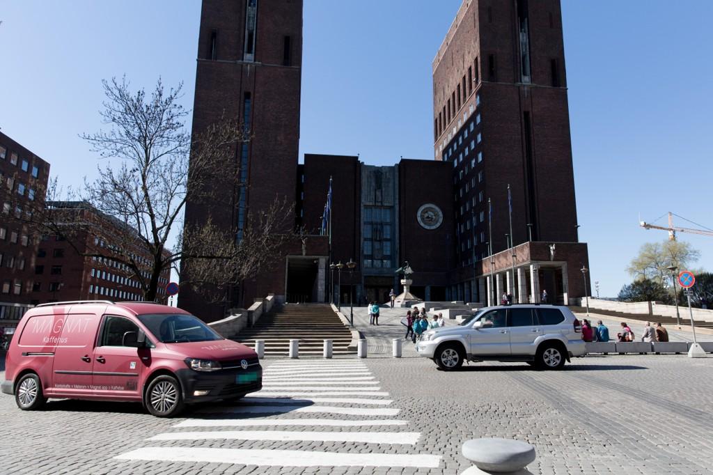 FULL STOPP: Her på Fridtjof Nansens plass foran rådhuset i Oslo, der det i dag er en del bil- og busstrafikk, blir det fra juni av forbudt å kjøre.