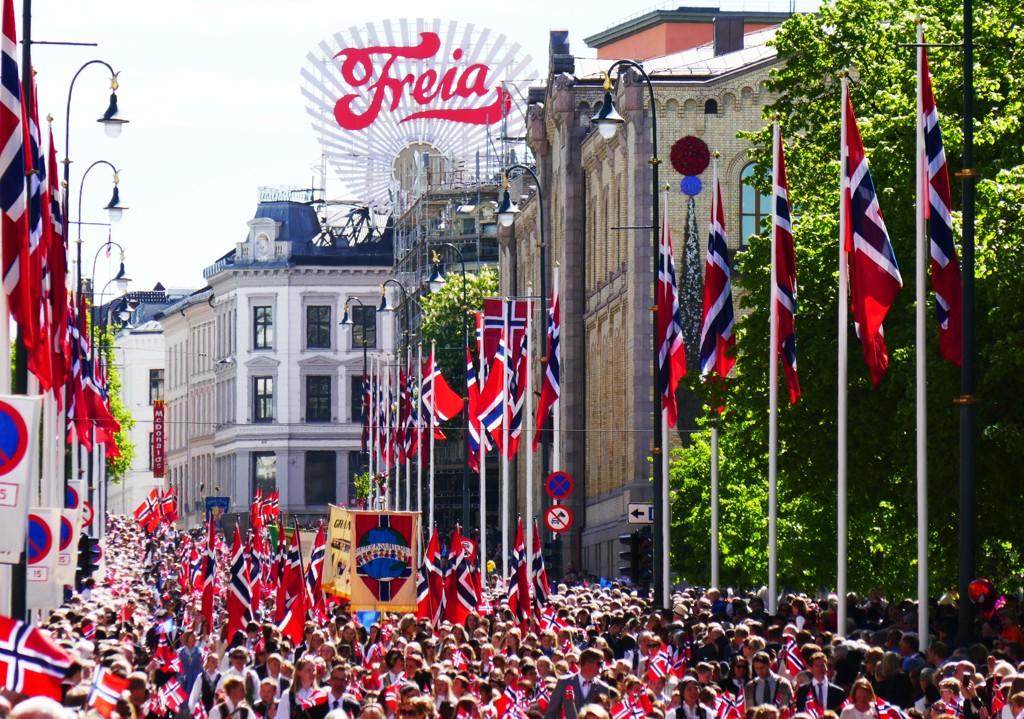 Barnetoget på Karl Johans gate i Oslo 17.mai 2016 med Stortinget og Egertorget i bakgrunnen.