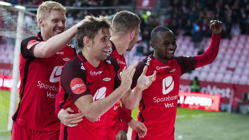 Branns Steffen Lie Skålevik omkranses av Sivert Heltnee Nilsen. Gilli Rolantsson og Gilbert Koomson etter sin 3-0 scoring hjemme mot Tromsø søndag kveld.