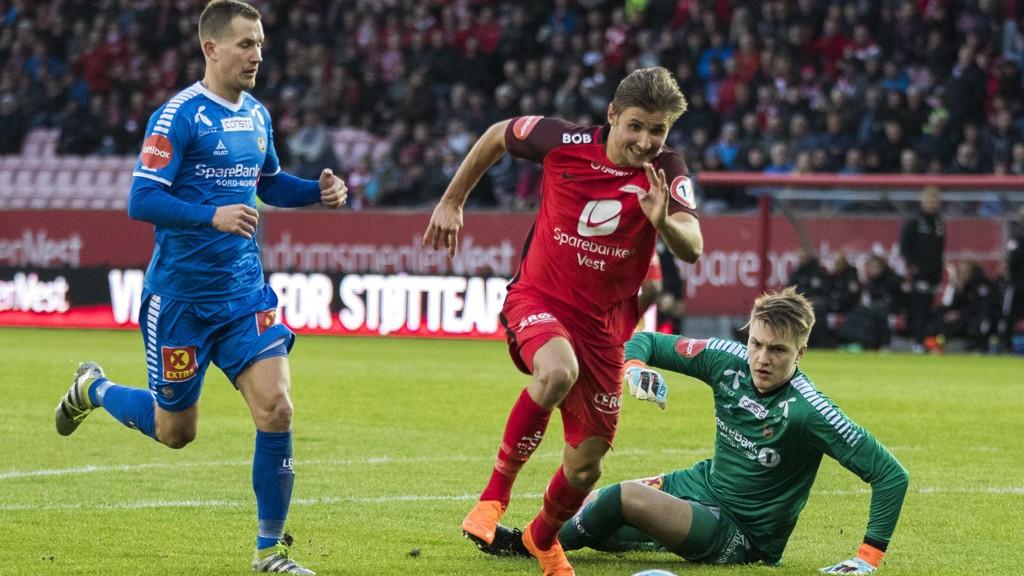 Tromsøs keeper Jacob Karlstrøm og Morten Gamst Pedersen, må her se at Steffen Lie Skålevik sender Brann opp i 3-0 i forrige søndags kamp på Brann stadion.