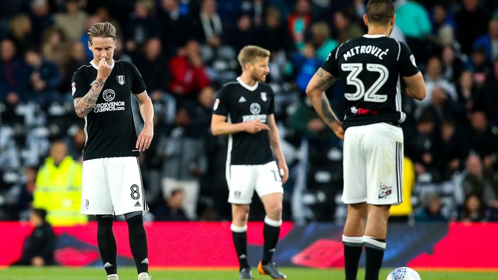 Stefan Johansen og spissen Aleksandar Mitrovic under bortekampen mot Derby fredag kveld.