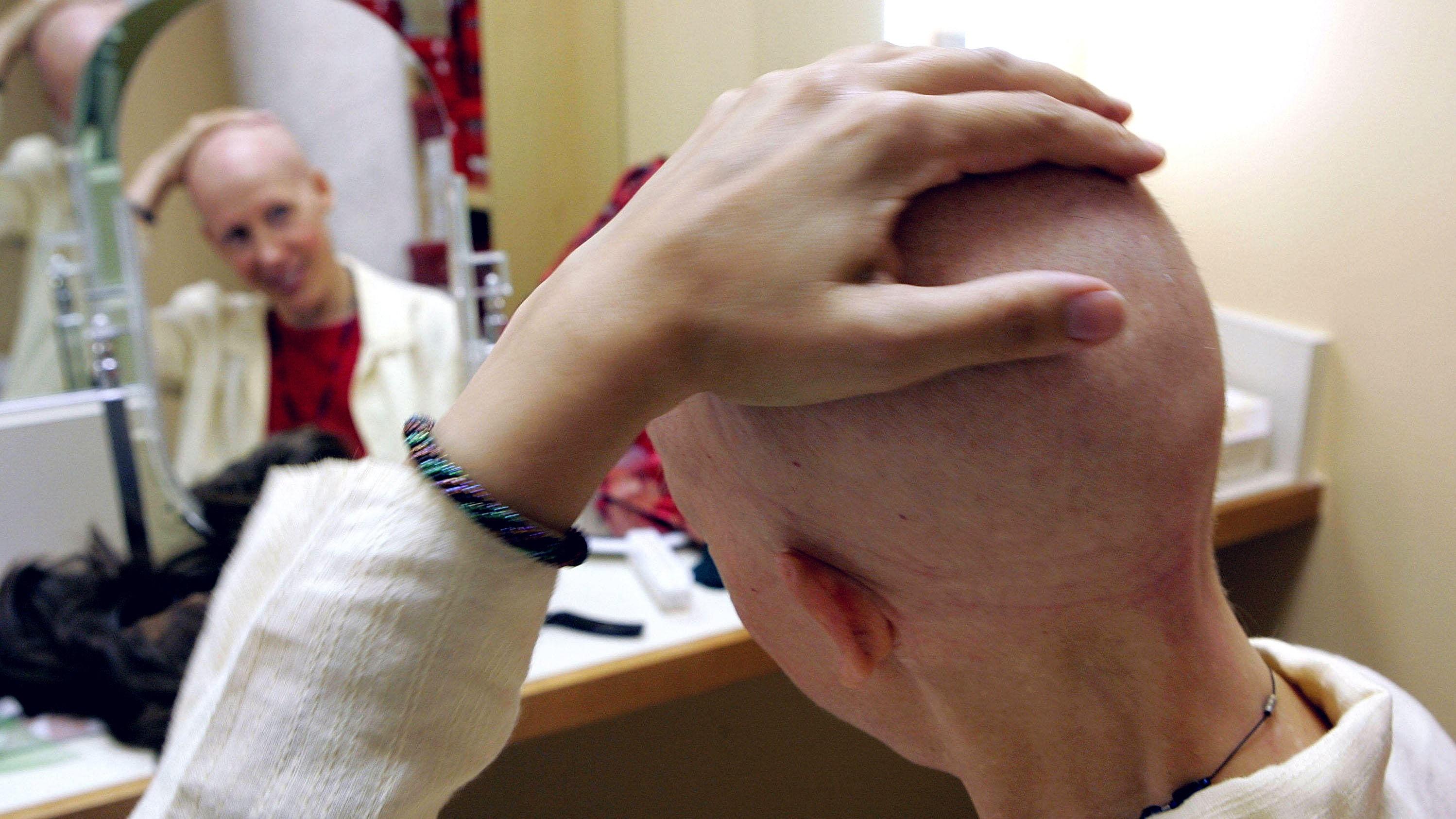 TØFF BEHANDLING: Hvert år får rundt 700 unge mennesker mellom 15 og 35 år kreft i Norge. Behandlingene for kreft er tøff, skriver Landsforeningen uventet barnedød.