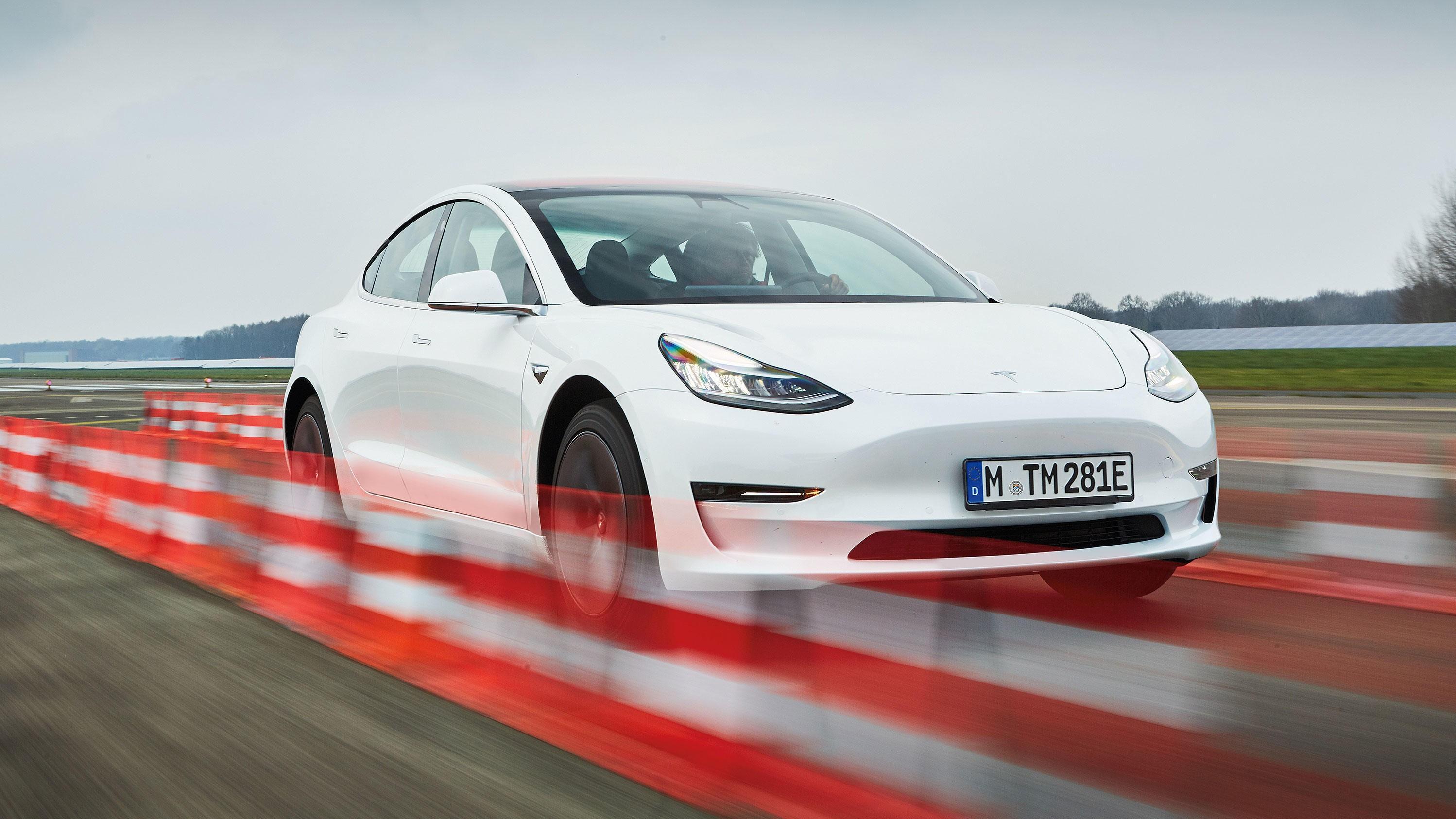 EGEN STIL: Lett å kjenne igjen som en Tesla.