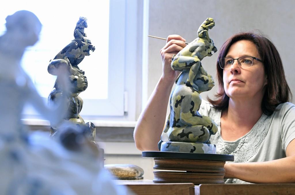En ansatt maler en skulptur ved den tradisjonsrike porselensfabrikken Meissen i Sachsen i Tyskland. Veksten i den tyske økonomien var svakere enn ventet i første kvartal i år. Foto: Jens Meyer / AP / NTB scanpix
