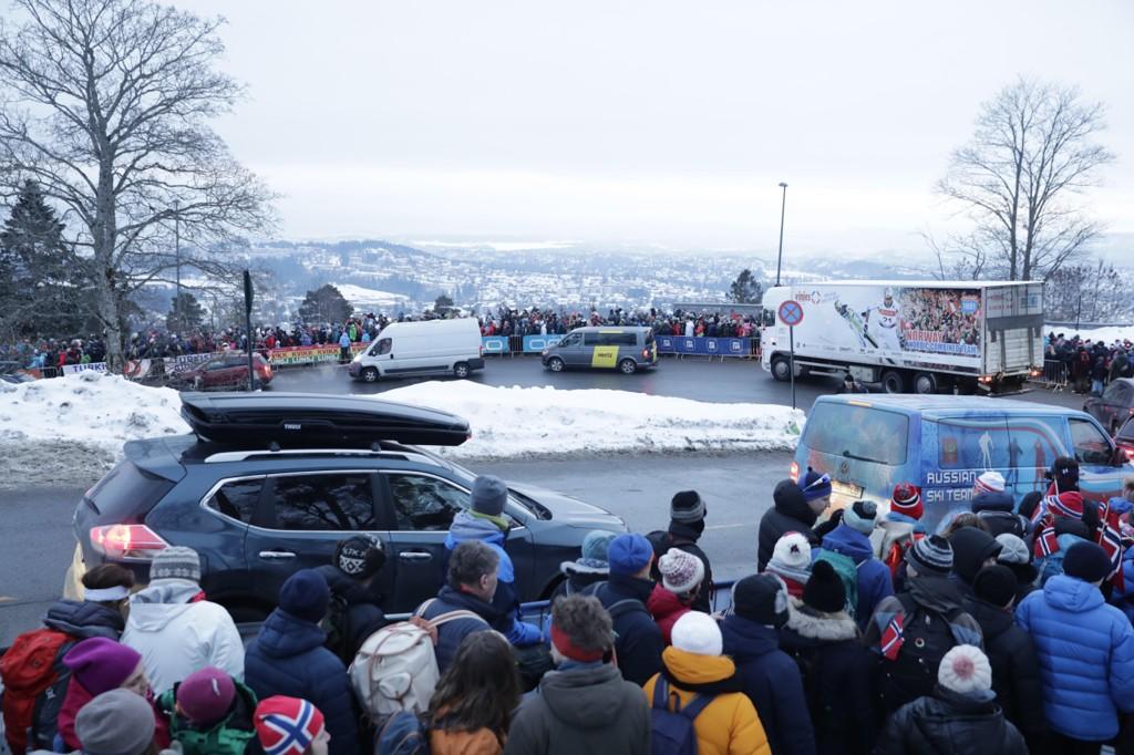 KAOS: Det var kaos i Holmenkollen etter skifestivalen i vår. Politiet meldte om at gjerder som ble revet ned og at folk slåss både med hverandre og med politiet.