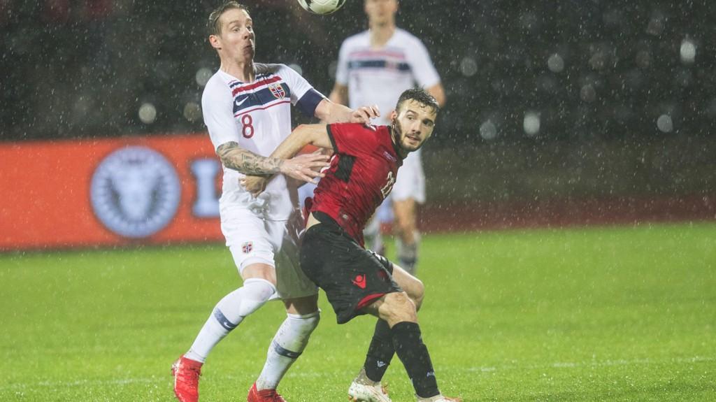 MOT NORGE: Kamer Qaka spilte for Albania mot Norge. Her i duell med landslagskaptein Stefan Johansen.
