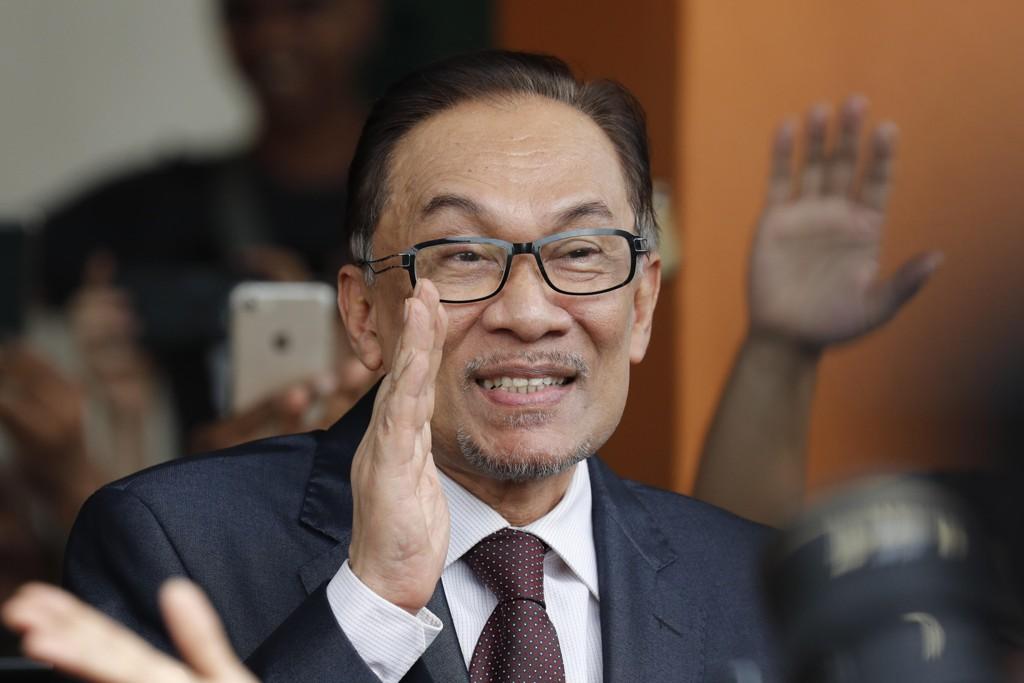 Politikerveteran Anwar Ibrahim vinker til sine tilhengere mens han forlater sykehuset i Kuala Lumpur i Malaysia. Han er ikke lenger utestengt fra politikken etter at han onsdag ble benådet av kong Sultan Muhammad. Foto: Vincent Thian / AP / NTB scanpix