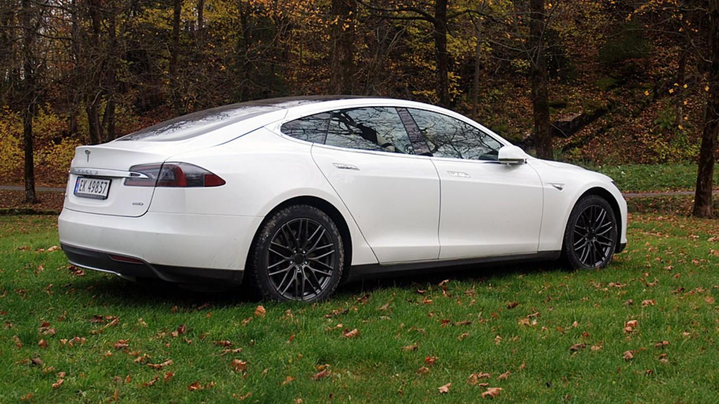 GARANTIER UTLØPER: De første Tesla Model S nærmer seg nå garantiutløp. Hva det kan gjøre med eierkostnadene vet ingen ennå.