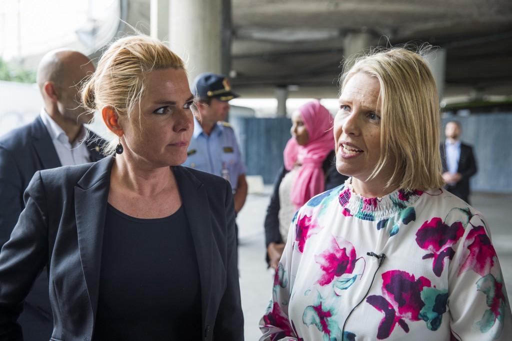 Danmarks integreringsminister Inger Støjberg vil innføre strengere regler for dansk statsborgerskap, her i samtale med daværende innvandringsminister Sylvi Listhaug .