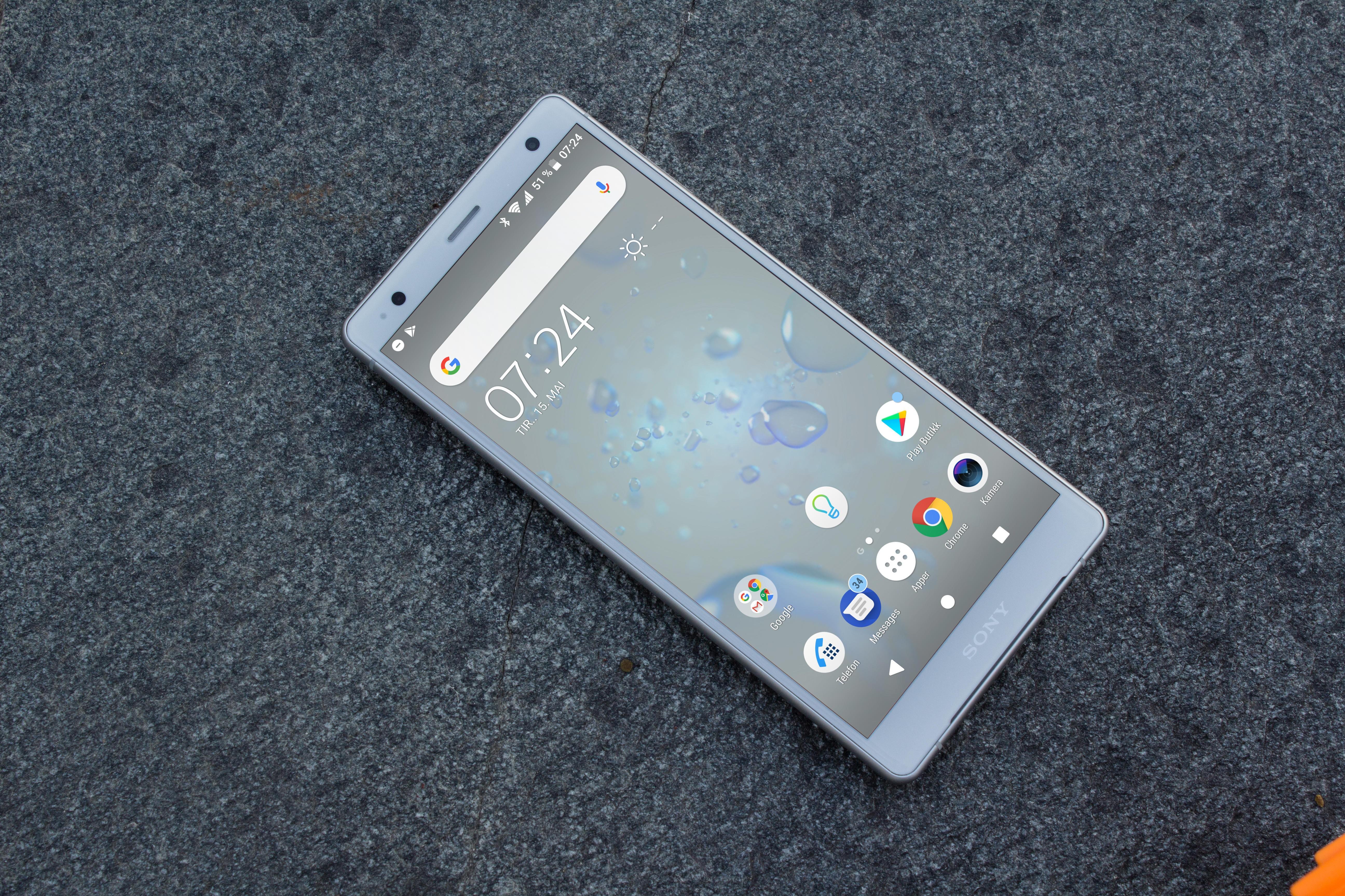SONYS TOPPMOBIL: Den 5,7 tommer store skjermen på Sony Xperia XZ2 er god, og mobilen støtter HDR. Designet er blitt rundere - og glattere - enn på tidligere modeller.