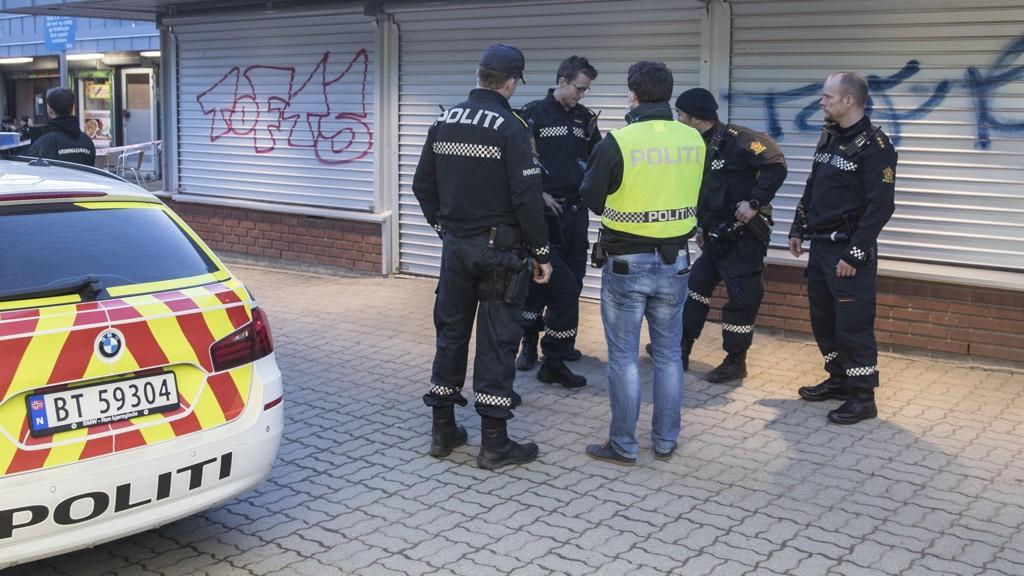 De siste ukene har det vært mye problemer i bydeler øst i Oslo. Politiet har rykket ut på skyting, voldsepisoder og steinkasting. Dette bildet er fra Vestli etter en hendelse siste lørdagen i april.