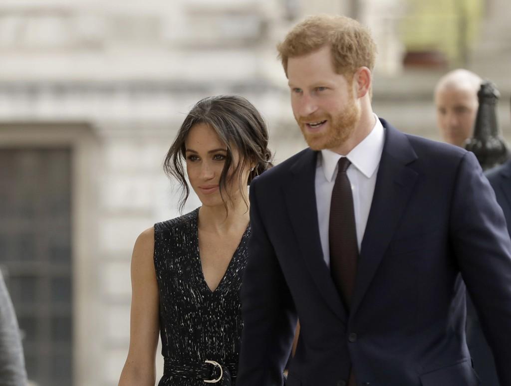 Det er fortsatt usikkert om Meghan Markles far kommer til å føre sin datter opp kirkegulvet når hun lørdag gifter seg med prins Harry.