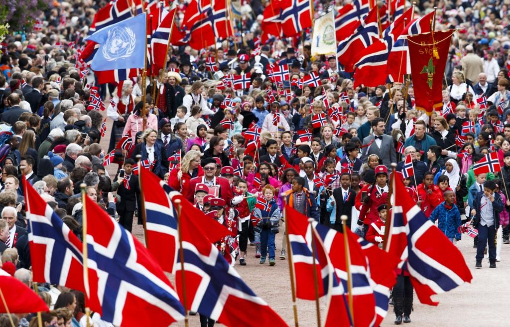 Barnetog og 17. mai feiring på Slottsplassen og Karl Johans gate i Oslo. I hele landet håper man at været holder 17. mai.