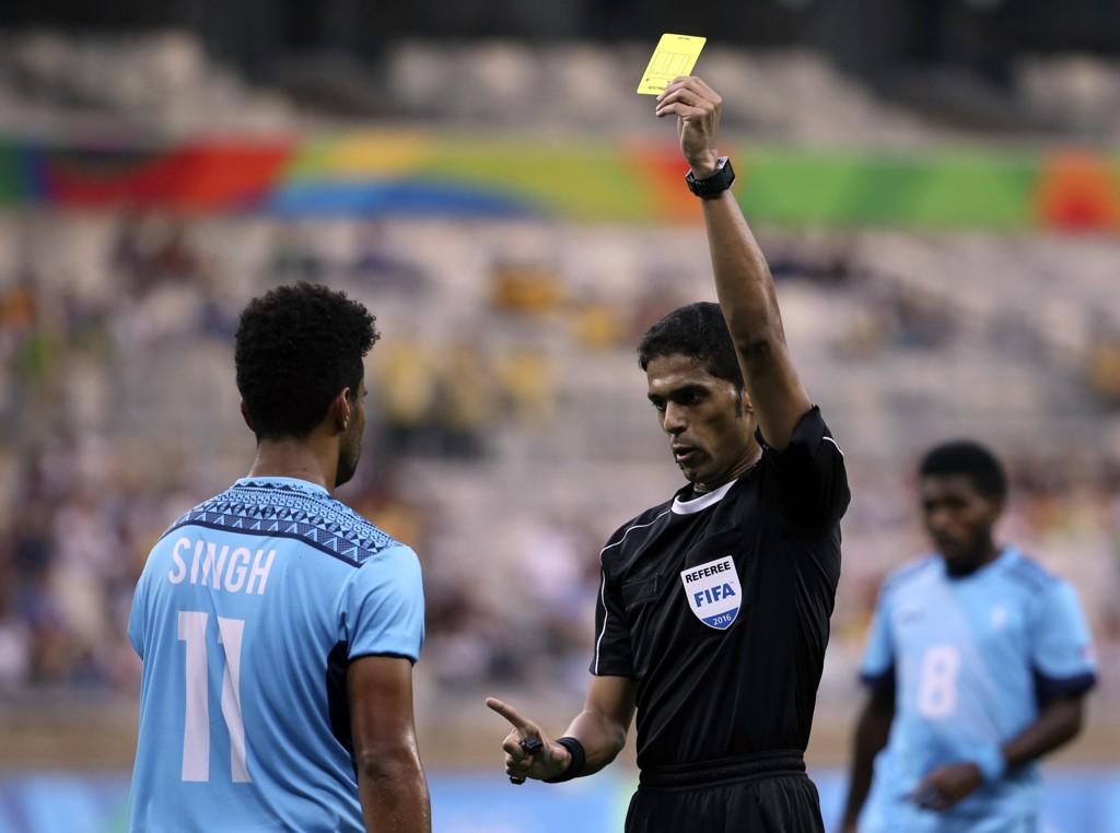 Fahad al-Mirdasis karriere som toppdommer er over. Foto: Eugenio Savio, AP / NTB scanpix