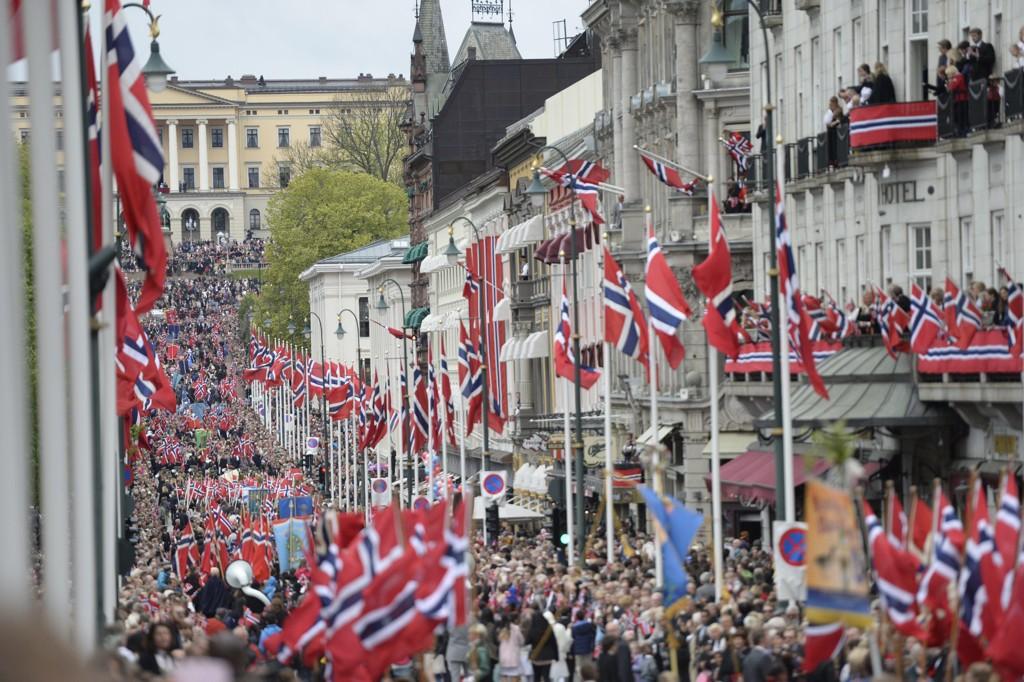 17. mai-feiring i Oslo sentrum. Fra Karl Johan opp mot Slottet. Foto: Jon Olav Nesvold / NTB scanpix