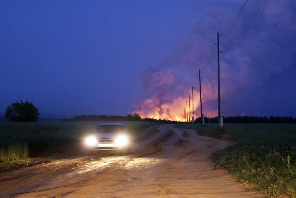 Det samme ammunisjonslageret ble rammet av brann også for sju år siden. Foto: AP / NTB scanpix