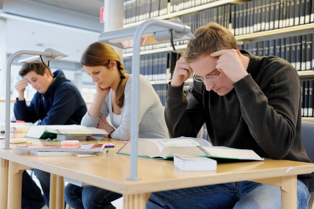 Mange studenter som sitter og pugge pensum i disse dager, kan ende med å ikke få avlagt eksamen dersom det blir streik i staten. Illustrasjonsfoto: Frank May / NTB scanpix.