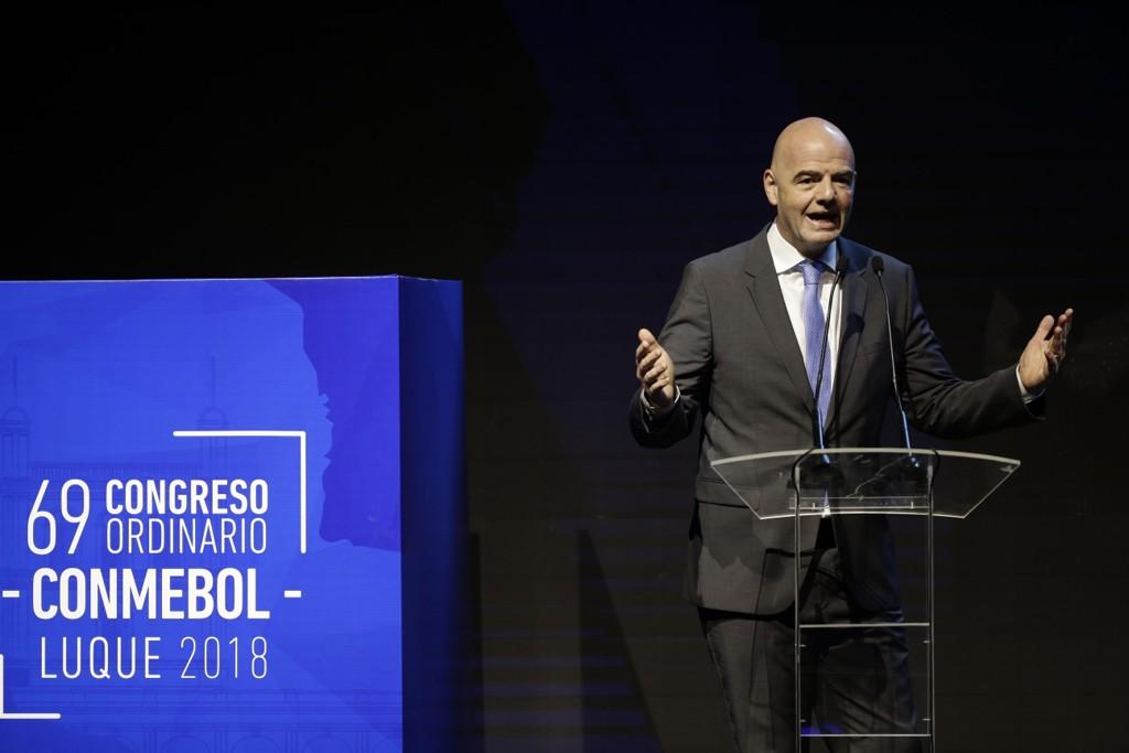Gianni Infantino får motbør fra UEFA, den europeiske klubbforeningen og spillerforeningen FIFPro i sitt forsøk på å etablere nye lukrative turneringer. Foto: Jorge Saenz, AP / NTB scanpix