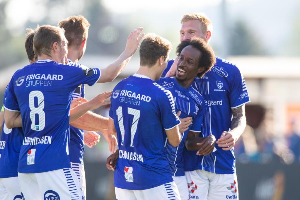 Amin Askar blir gratulert etter sitt drømmemål mot Start. Foto: Audun Braastad / NTB scanpix.