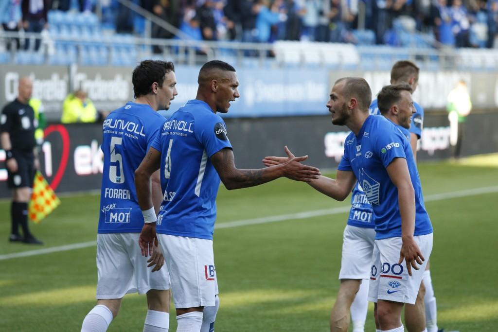 Ruben Gabrielsen (nr. 2 f.v.) og resten av Molde-laget hadde grunn til å juble onsdag. Foto: Svein Ove Ekornesvåg / NTB scanpix