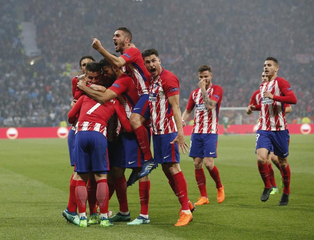 Atletico-spillerne flokket seg rundt Antoine Griezmann etter 1-0-scoringen mot Marseille. Foto: Thibault Camus / AP / NTB scanpix.