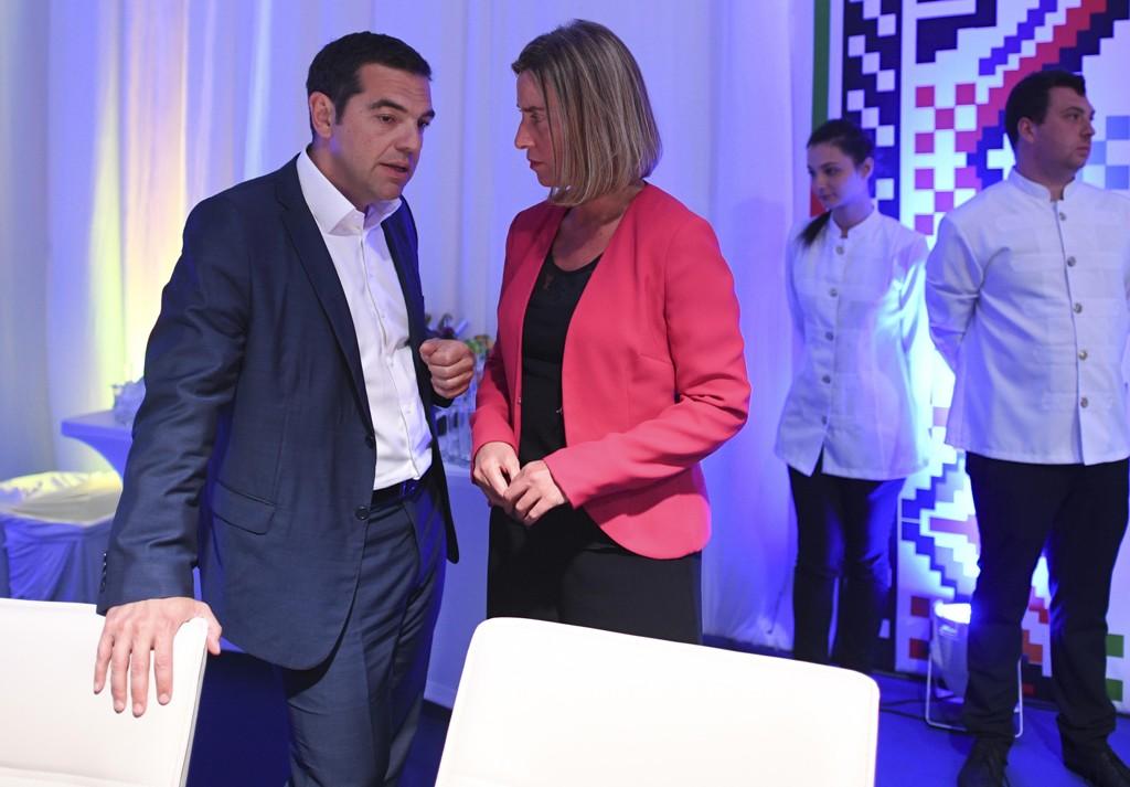 Hellas statsminister Alexis Tsipras i samtale med EUs utenrikssjef Federica Mogherini i Sofia. Foto: Vassil Donev / AP / NTB scanpix