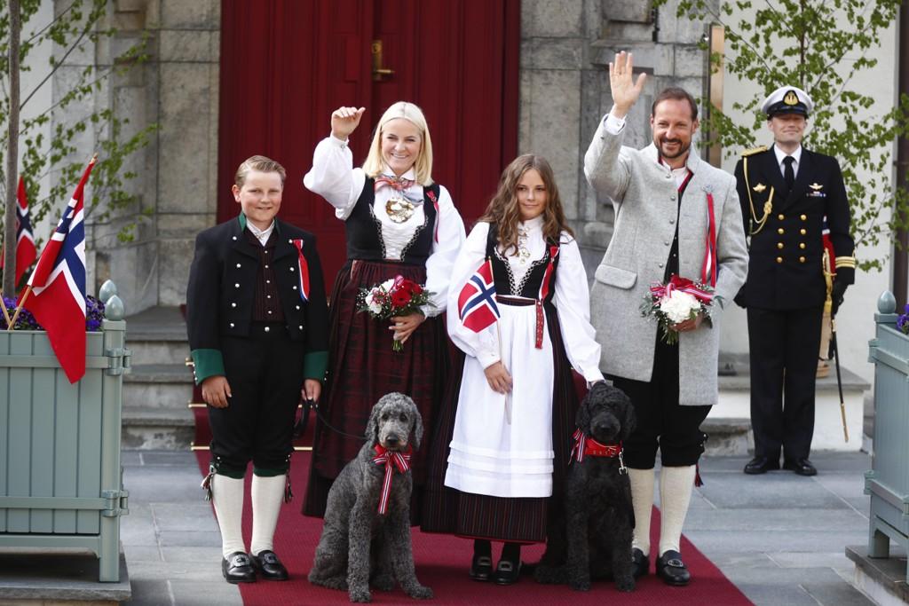 Kronprinsfamilien hilser barnetoget på Skaugum 17. mai. Fra venstre: prins Sverre Magnus, kronprinsesse Mette-Marit, prinsesse Ingrid Alexandra og kronprins Haakon. Foto: Terje Pedersen / NTB scanpix