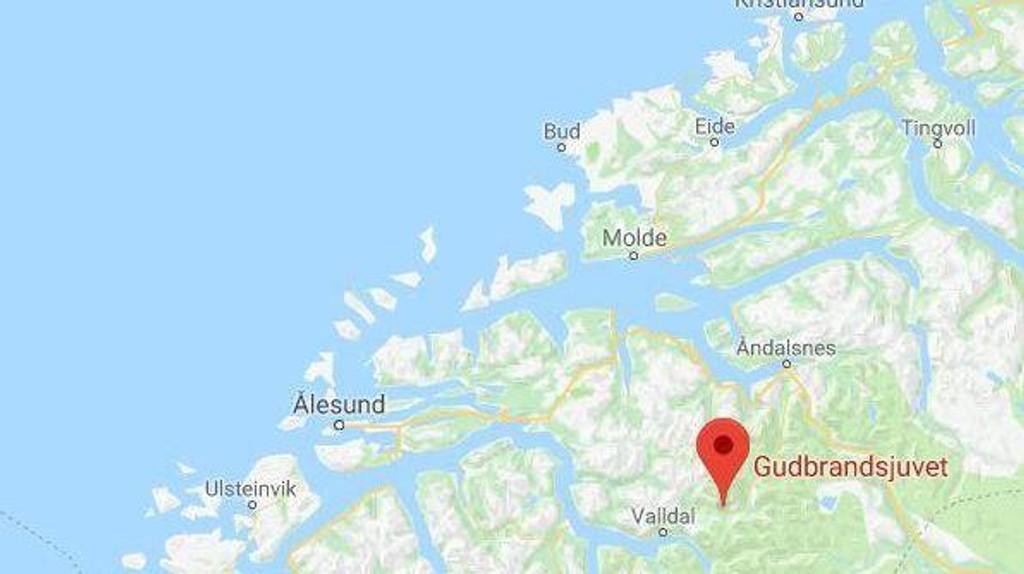 En utenlandsk mann har falt i elva ved Gudbrandsjuvet i Valldal i Norddal kommune, melder Sunnmørsposten. Politiet bekrefter at en polsk mann i 30-årene er død.