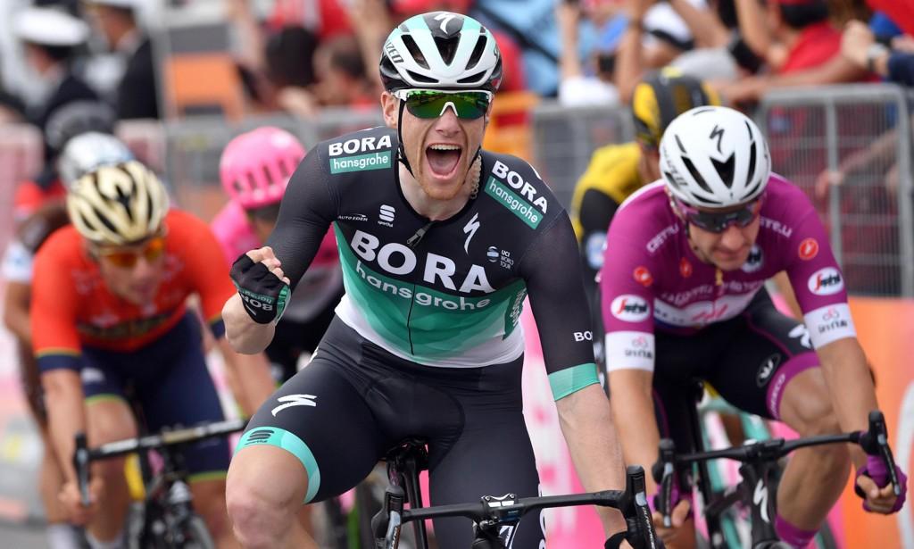Sam Bennett kunne juble for nok en etappeseier i Giro d'Italia torsdag. Foto: Daniel Dal Zennaro / ANSA via AP / NTB scanpix