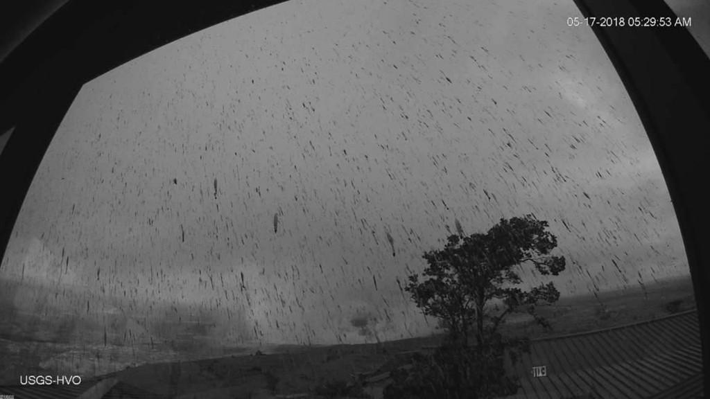Bilde fra et av USGS sine nettkameraer fanget opp utbruddet torsdag morgen. Foto: AP / NTB scanpix