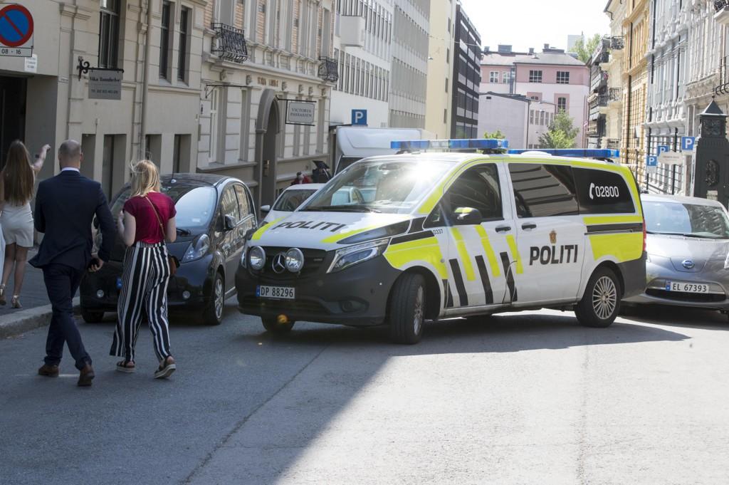 Tesla-fører råkjørte på Aker Brygge i Oslo – rømte etter å ha blitt angrepet av tre menn