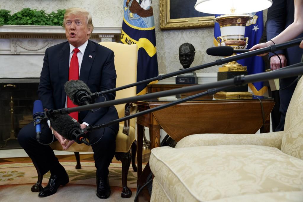 USAs president Donald Trump under en fotoseanse med NATO-generalsekretær Jens Stoltenberg i Det ovale kontor torsdag. Foto: AP / NTB scanpix.