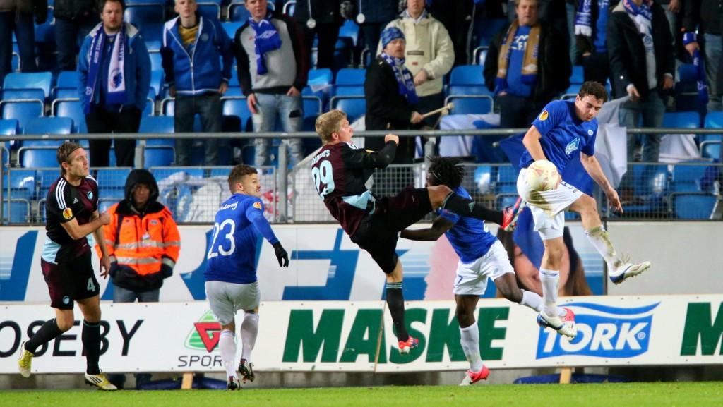 Arkivfoto: Dett bildet er fra en kamp i Europa League mellom FCK og Molde i 2012. Vi ser Moldes Vegard Forren (t.h.) i duell med Andreas Cornelius (t.v.).