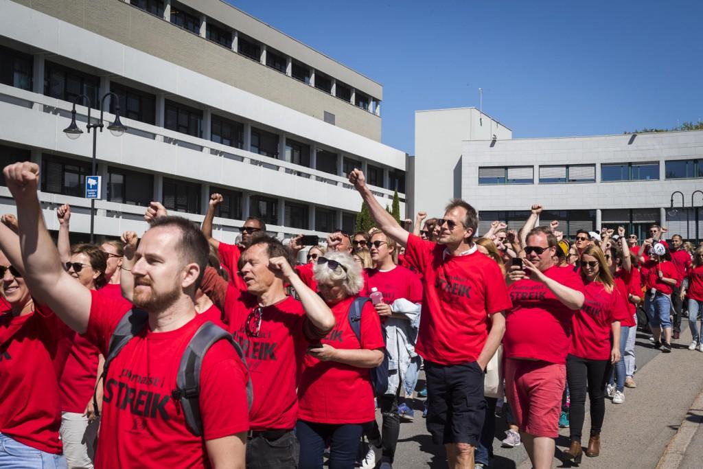 NRK-journalister i streik utenfor Fjernsynshuset på Marienlyst i Oslo. Foto: Heiko Junge / NTB scanpix