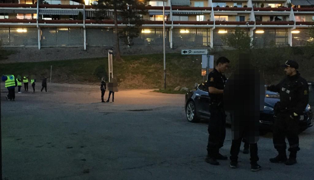 Siden slutten av april har Natteravnene i Oslo blitt kastet stein på tre ganger. De har også blitt truet med at de skal skytes. Her anholder politiet to ungdommer etter trusler om skyting mot Natteravnene på Vestli lørdag 12. mai.