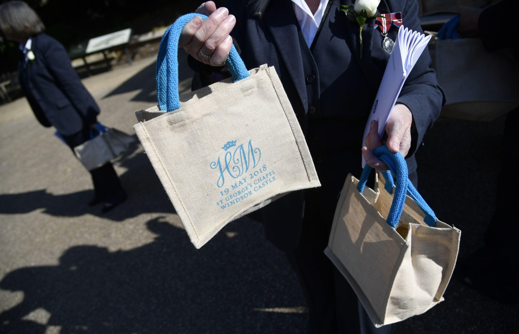 GOODIE BAG: En av de inviterte til Windsor slott viser fram en goodie bag som vedkommende fikk under prins Harry og Meghan Markles bryllup.