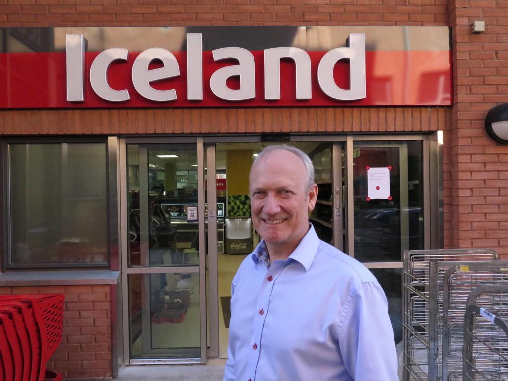 ÅPNER OPP: Iceland-sjef Geir Olav Opheim foran den første Iceland-butikken i Asker.