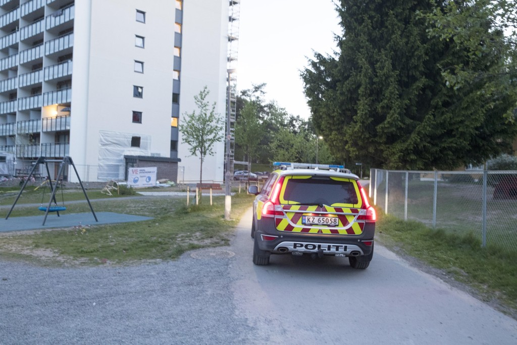 Politiet på stedet der flere ungdommer skal ha kastet stein mot natteravnene på Stovner i Oslo lørdag. En person ble skadd etter å ha fått en stein i hodet. Foto: Terje Pedersen / NTB scanpix