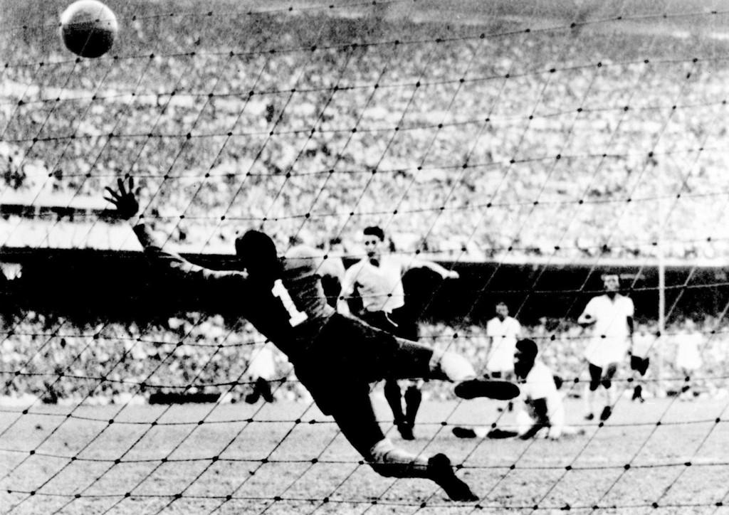 Scoring i tidenes første VM-finale i 1930.Alberto Schiaffino utligner for Uruguay.