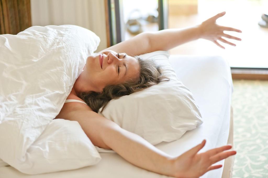 SOVE LENGE: Det er helsefremmende å ta noen ekstra timer på øyet i helga hvis du har sovet for lite gjennom uka, viser ny studie.