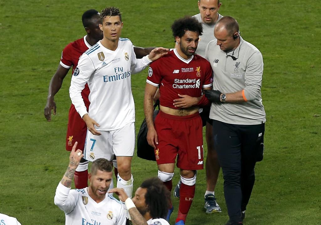 Mohamed Salah tror han rekker VM til tross for skulderskaden lørdag. Foto: AP Photo/Darko Vojinovic / NTB scanpix.