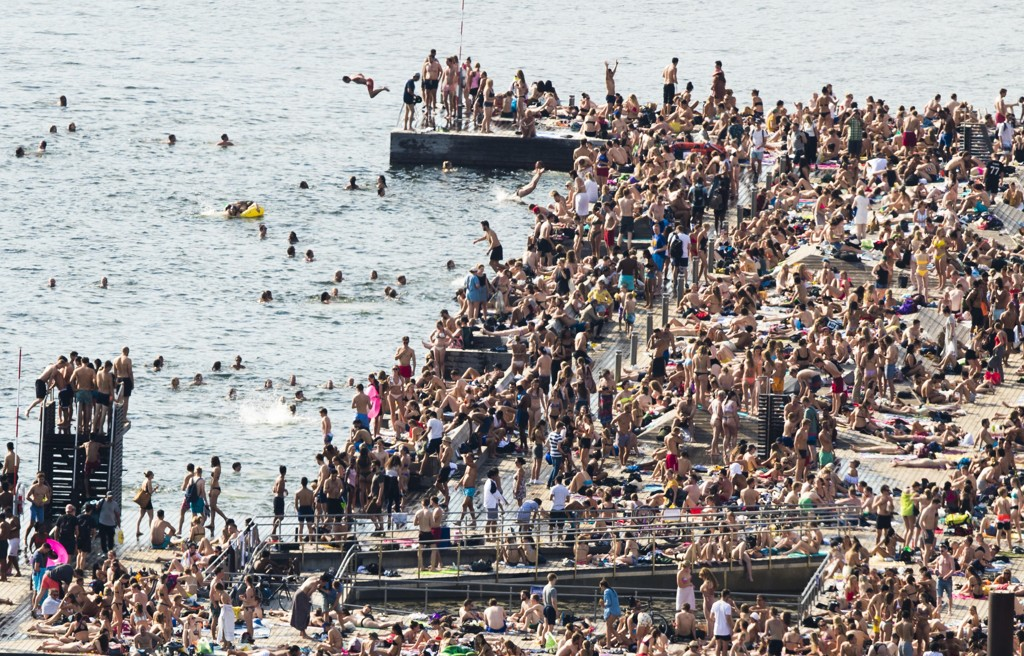 VARMEREKORD I OSLO:Rekordvarmen i Oslo gjorde sitt til at sjøbadet på Sørenga var godt besøkt onsdag ettermiddag. Aldri før har det vært så varmt i hovedstaden i mai, men det var enda varmere i Etne kommune.