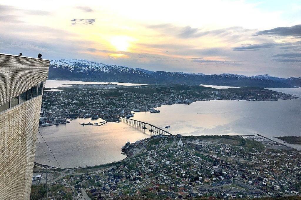INGEN HETEBØLGE: - I Tromsø sliter vi ikke nevneverdig med at det er for varmt til å sove og ikke er det skogbrannfare. Det er også utrolig god plass på stranda og man slipper kaotiske tilstander på parkeringsplassen, melder Nordlys-redaksjonen.