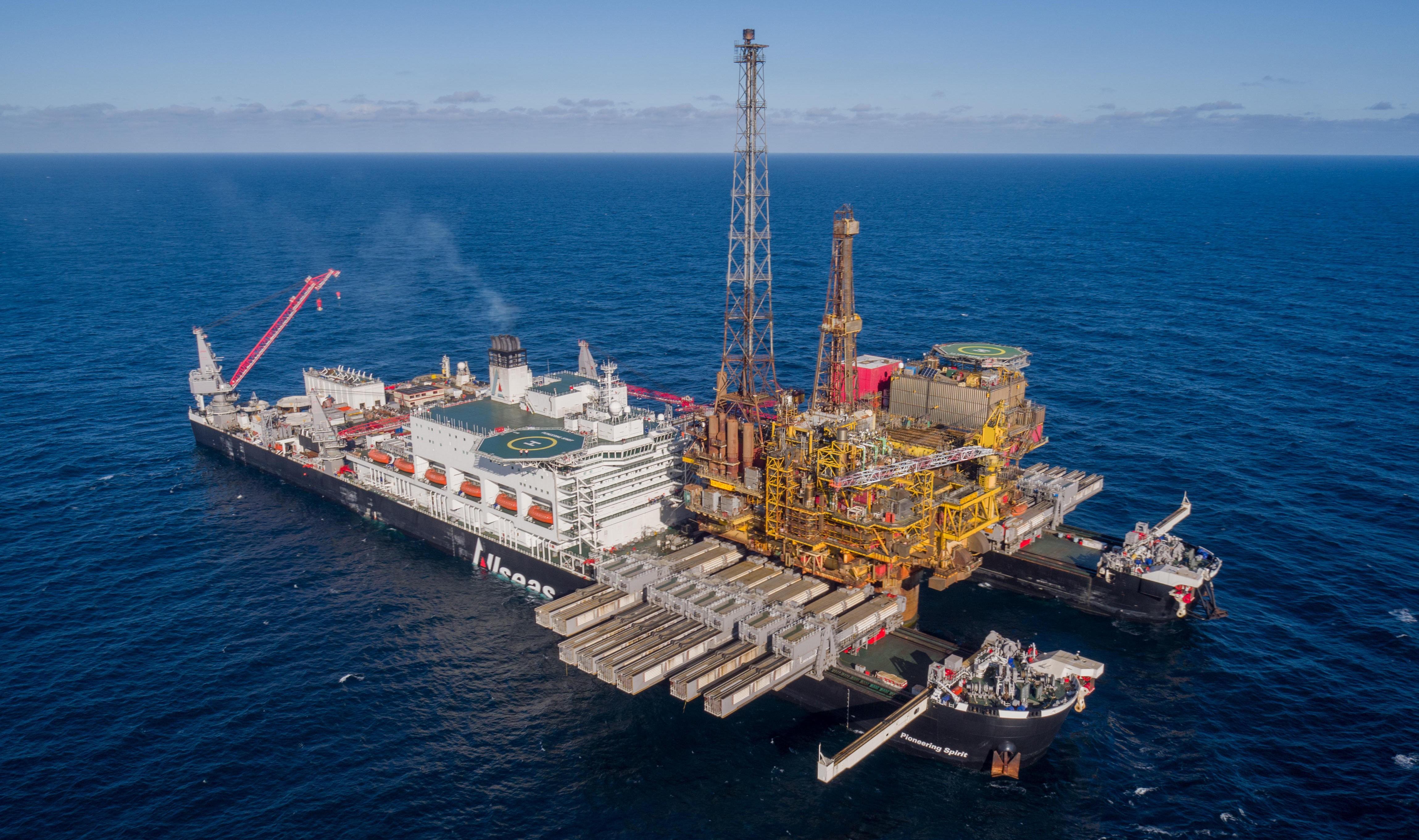TUNGVEKTER: «Pioneering Spirit» er verdens største skip. Fotavtrykket til de to skrogene er på 47 mål. Bildet ble tatt i april da den fjernet den 24 000 tonn tunge Brent Delta-plattformen.