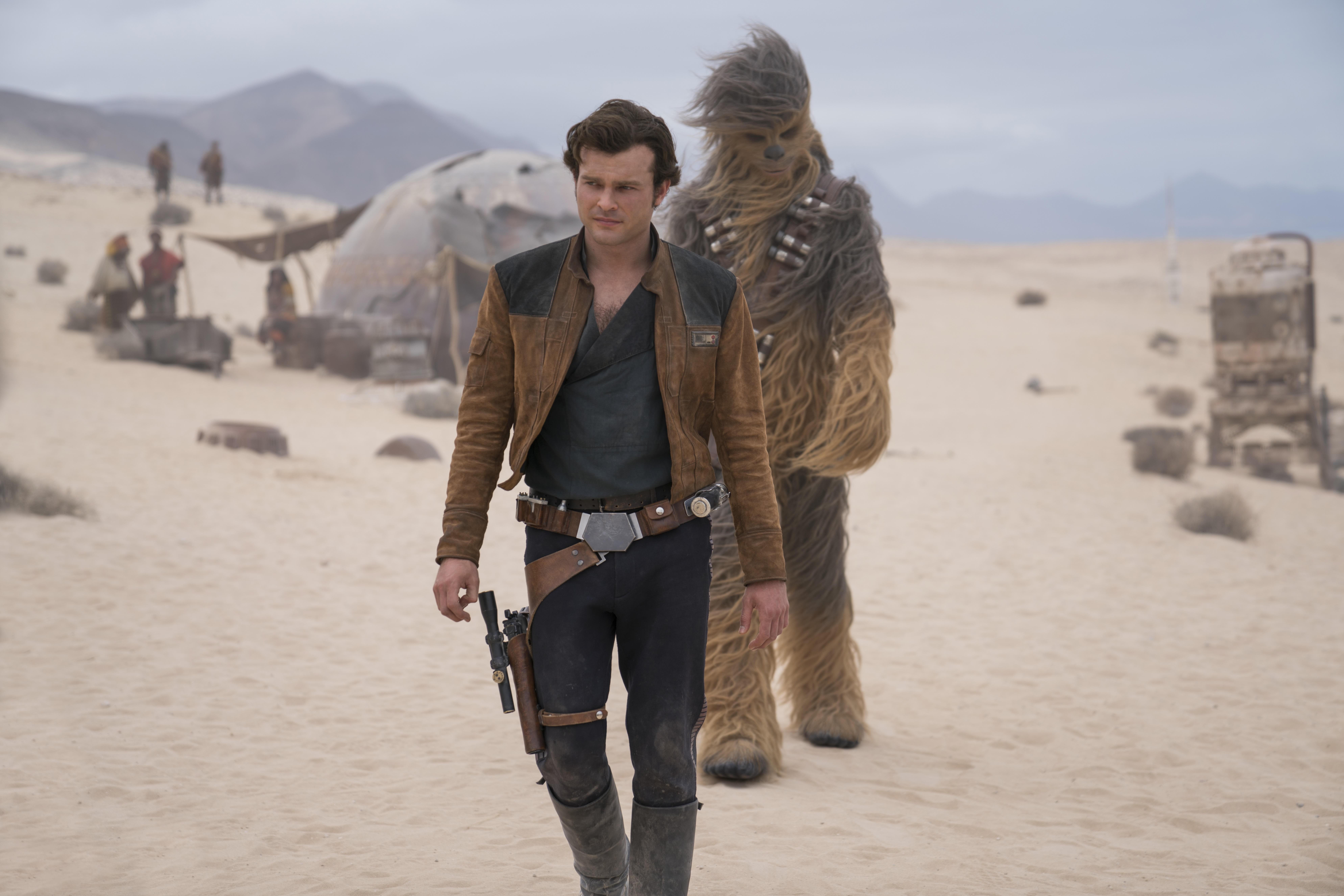 FLOPPER: Alden Ehrenreich spiller Han Solo i «Solo: A Star Wars Story». Det ser ikke ut til å trekke folk til kinoen. Bak ser man finske Joonas Suotamo i rollen som Chewbacca.