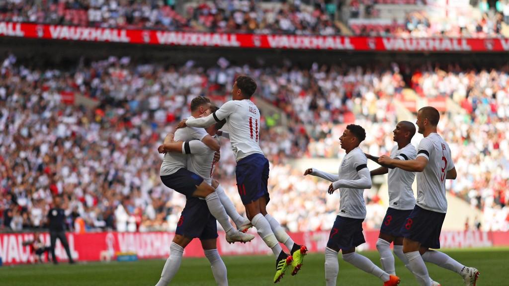 Gary Cahill blir gratulert av lagkameratene etter å ha sendt England i 1-0 ledelse hjemme mot Nigeria sist lørdag.