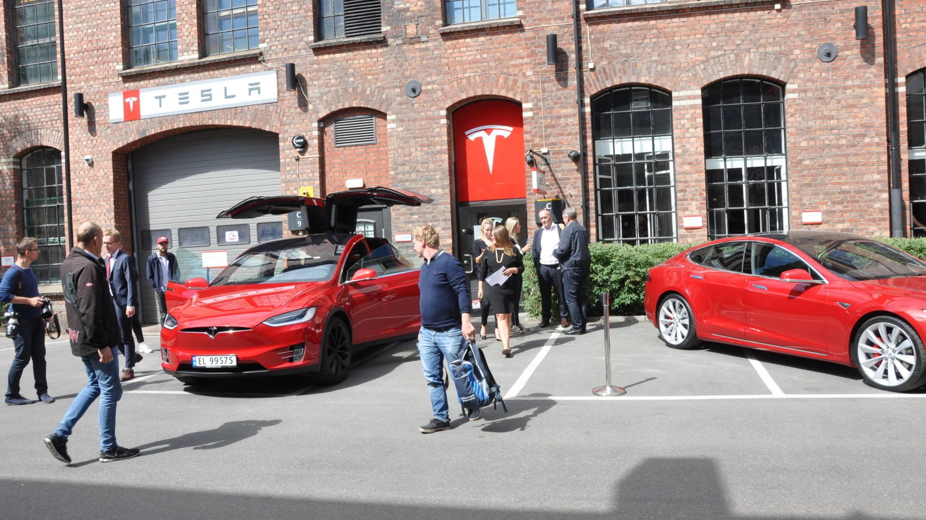 ØKTE SALGET MED 94%: Tesla har nok å gjøre – selv om de ikke har fått på plass volummodellen, Model 3, enda. Faktisk har man økt salget i Norge med hele 94 prosent, sammenlignet med samme periode i fjor.