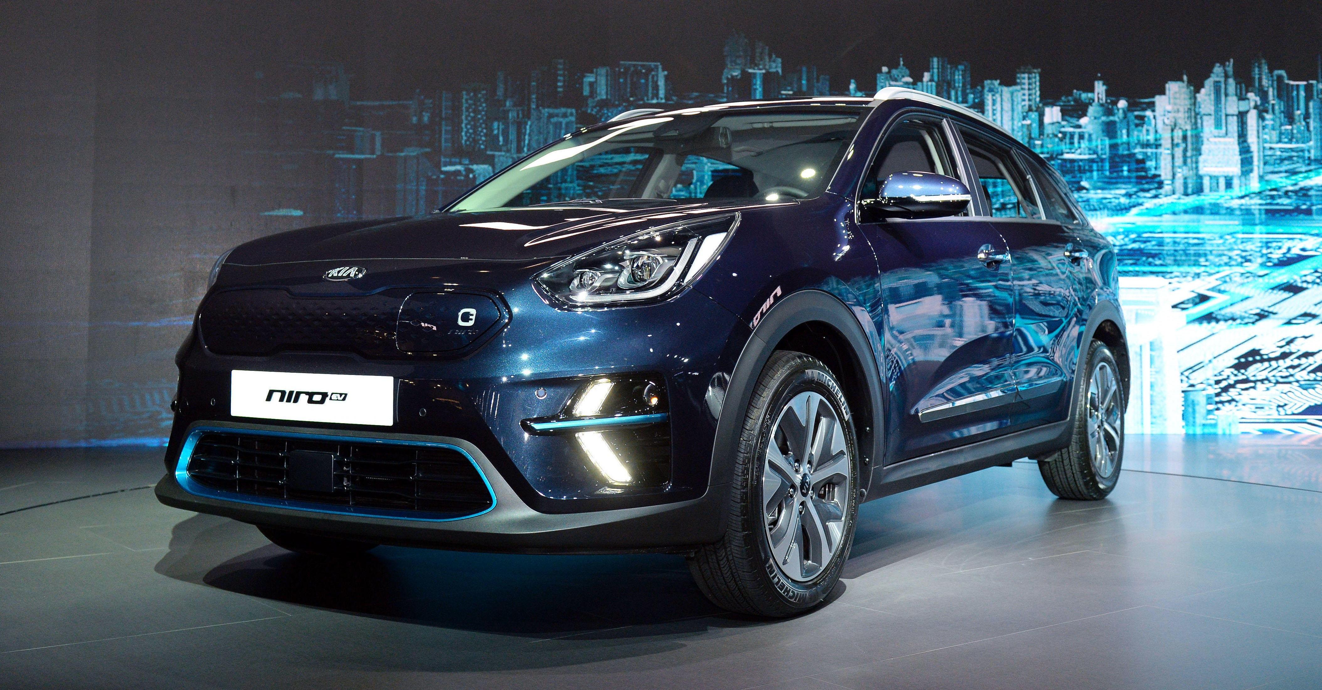 KIA NIRO ELECTRIC: Kia avduket elbilen Niro i Korea den. 7. juni 2018. Bilen skal være i Norge innen utgangen av 2018 og får en rekkevidde på mellom 300 og 450 km etter hvilken batteribakke den er utstyrt med. Grillen har integrert ladeport, luftinntakene er redesignet og nye LED-kjørelys kombinert med blå detaljer skiller elbilen designmessig fra de eksisterende hybridvariantene av Niro.