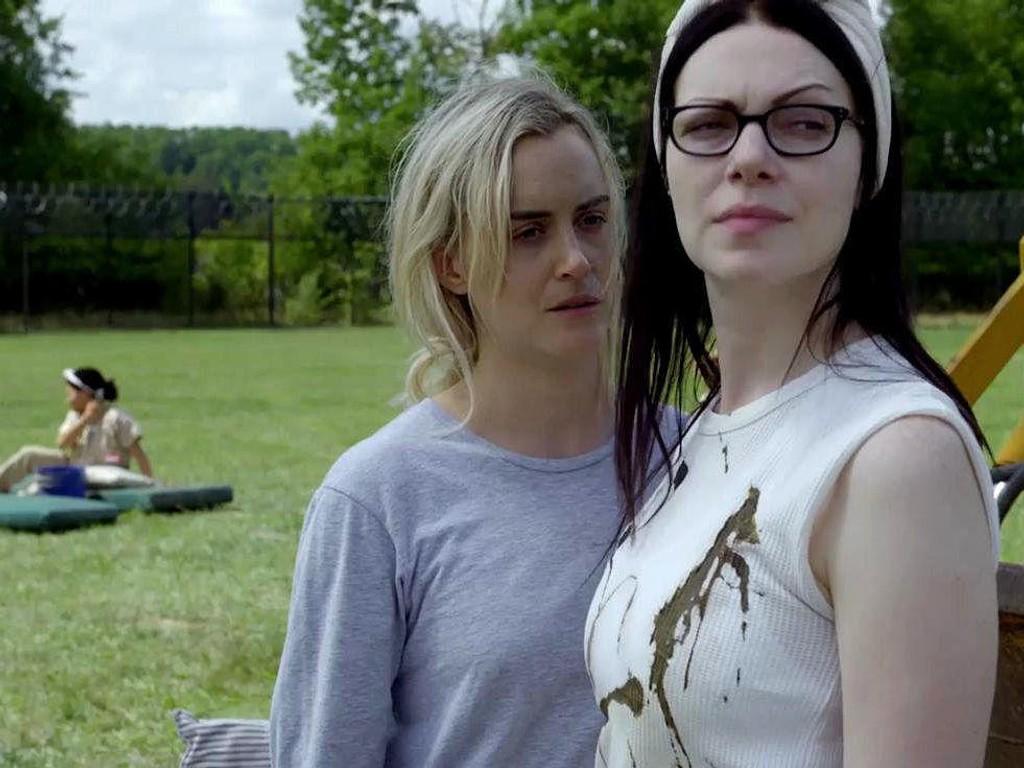 GJENSYN: Piper (Taylor Momsen) og Alex (Laura Prepon) er to av hovedkarakterene i den populære Netflix-serien Orange Is the New Black. Sesong seks får premieredato 27. juli 2018.
